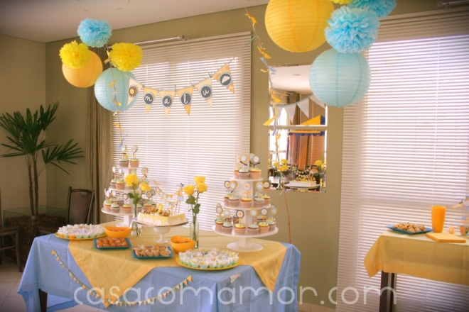 festa aniversario sol nuvem azul amarelo you are my sunshine birthday party yellow blue pompons lanternas cupcakes bandeirinhas bandeirolas decoração faça você mesmo dyi tutorial como fazer rotulos 2 anos