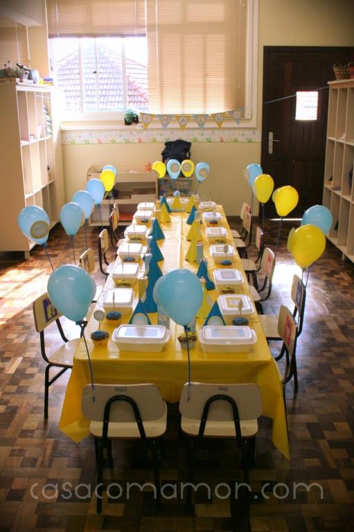 festa aniversário 2 anos escola decoração azul amarelo sol nuvem lindo charmoso cute fofo criança balões marmitas cupcakes docinho salgadinho suco rotulo personalizado banner bandeirinhas